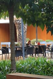 Espacio para compartir o relajarse en el jardín
