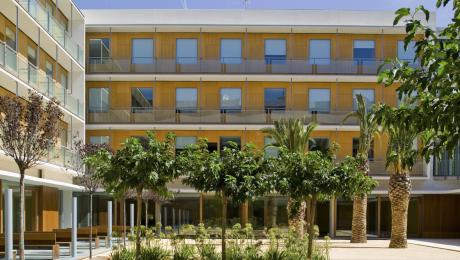 El jardín tiene 1000 m2 y cuenta con bancos y otros espacios para sentarse y disfrutar del sol y el aire puro