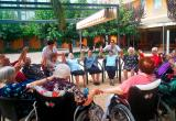 Haciendo piña por el Alzheimer, en el jardín de la Residencia San José