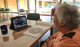 Residente de la Residencia San José haciendo videollamada